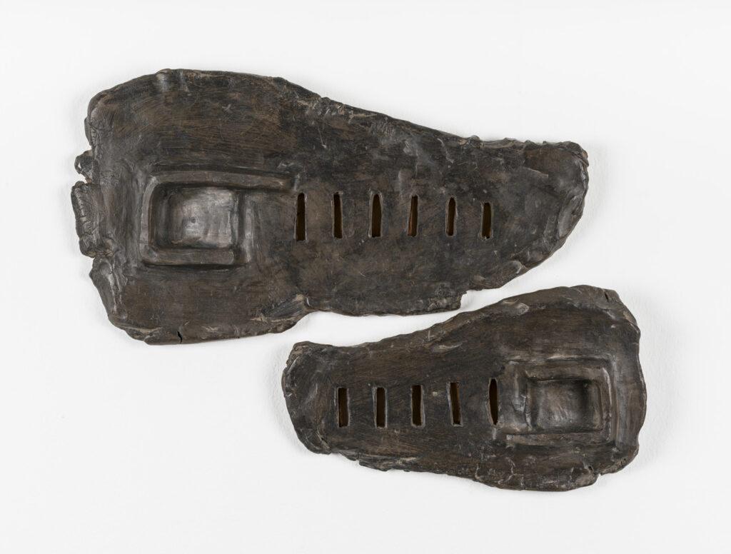 Carmen Algara. Diálogo, 2005. Barro negro de baja, cera, cobre. 33 x 18 x 2 cm. y 23 x 13 x 2 cm.