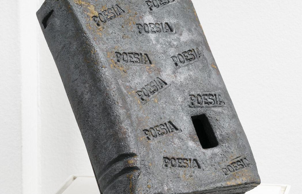 """Daniel Caxigueiro. Poesía (Serie """"A Linguaxe da Memoria""""), 2015. Gres chamotado, 17 x 6 x 25 cm."""